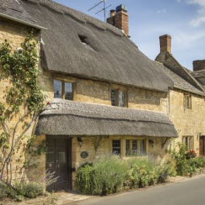 thatched grade 2 listed holiday cottage in the cotswolds